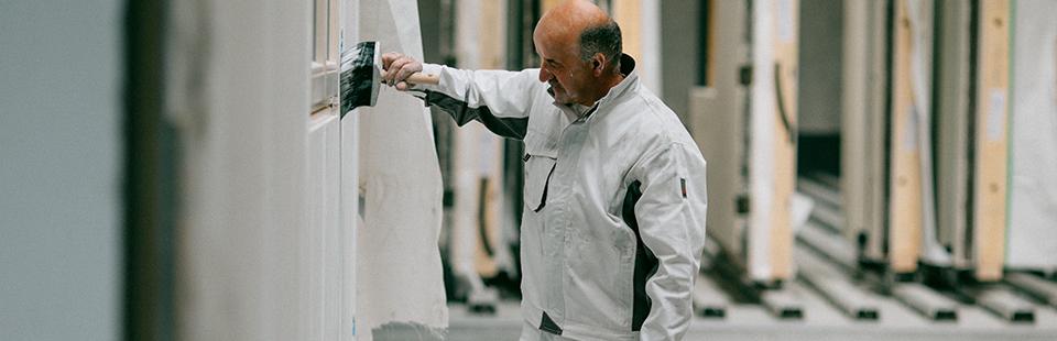 Maler und Gipser mit Arbeitskleidung
