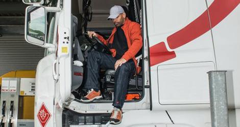 LKW-Fahrer mit Arbeitskleidung : Hosen und Jacke