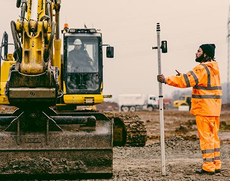 Auf der Baustelle geht es schmutzig zu, deswegen tragen alle Bau- & Facharbeiter die Arbeitskleidung von Würth MODYF. Diese ist für jede Wetter Saison geeignet und passt sich dem Träger und den Gegebenheiten perfekt an.