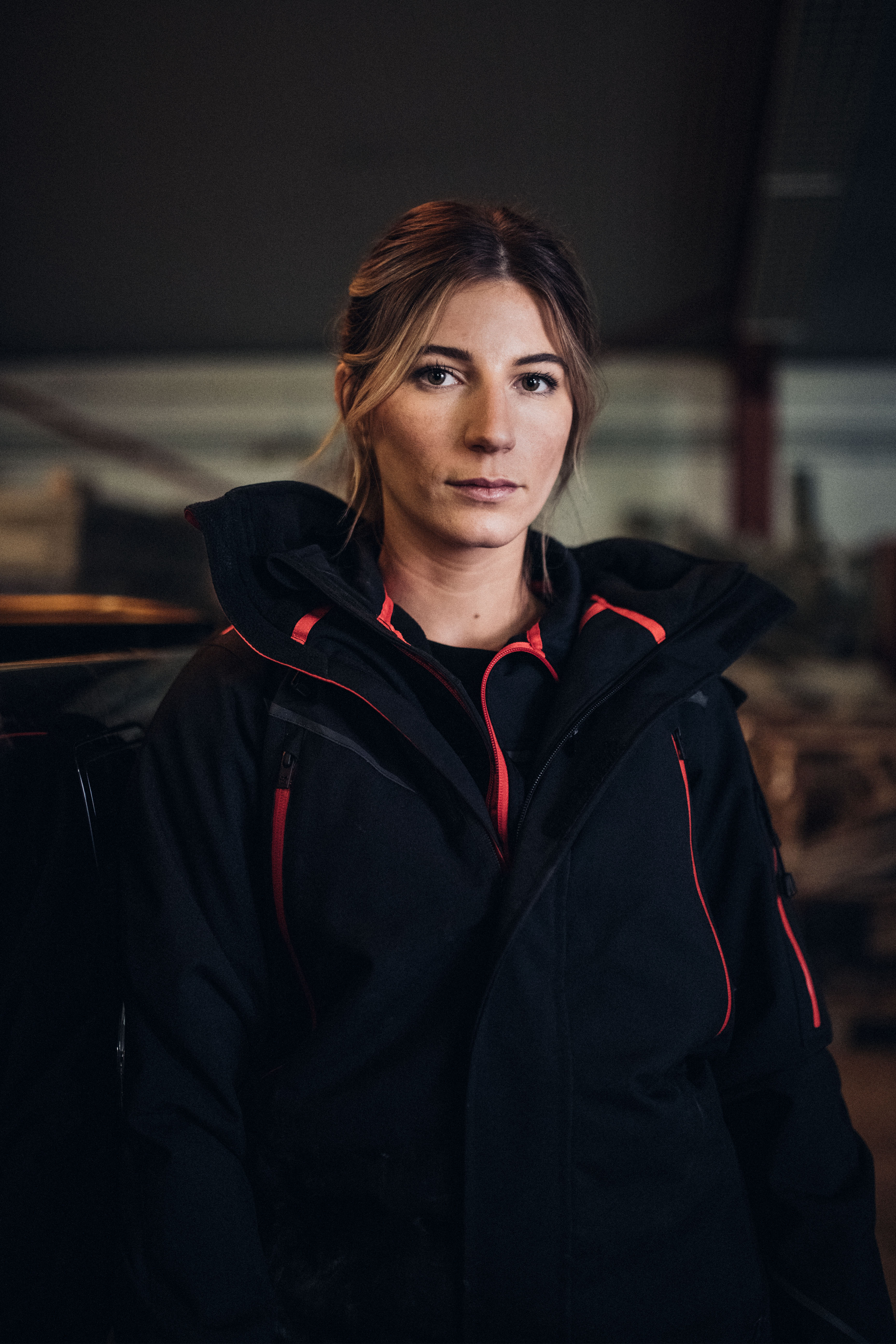 Die Bauunternehmerin trägt die stylische Workwear aus der sportlich designten Performance Kollektion in der Farbe Schwarz/Rot