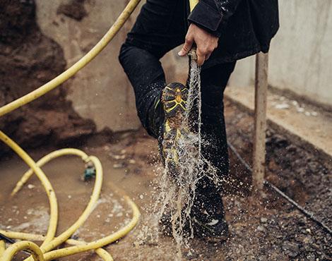 Der wasserabweisende Arbeitsschuh S3 Techno Flexitec ist Julias zuverlässiger Begleiter auf der Baustelle