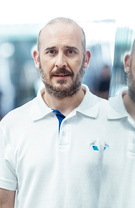 Das Poloshirt in der Farbe weiß in Kombination mit Arbeitshosen aus der Classic Kollektion bieten ihm dabei den optimalen Arbeits-Look.