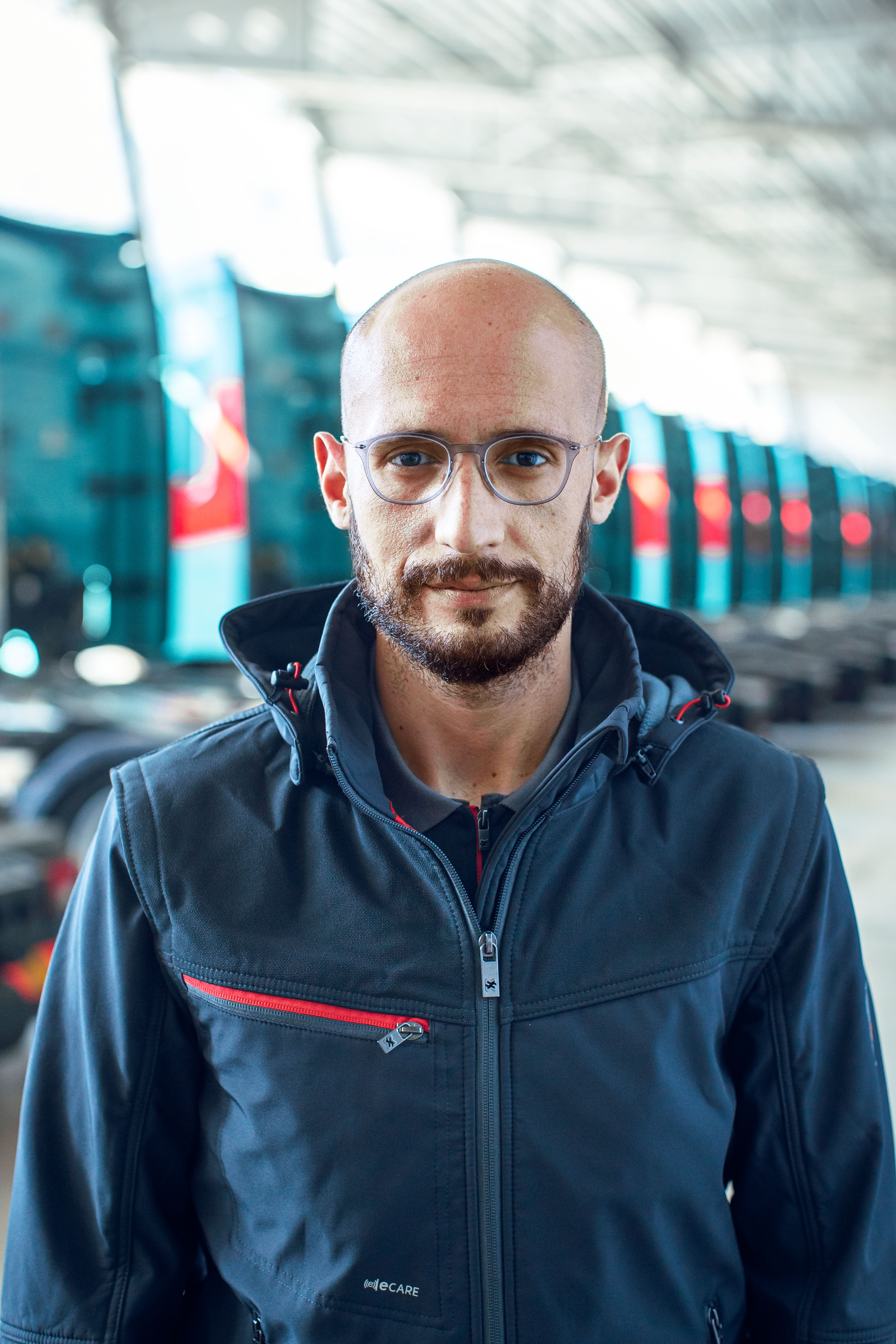 Alessandro Pennati trägt die innovative, moderne und bequeme Arbeitsjacke in Blau aus der Stretch X Kolletion