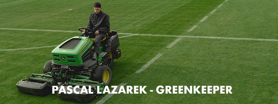 Pascal Lazarek beim bearbeiten und pflegen des Rasens vor dem Fussballspiel