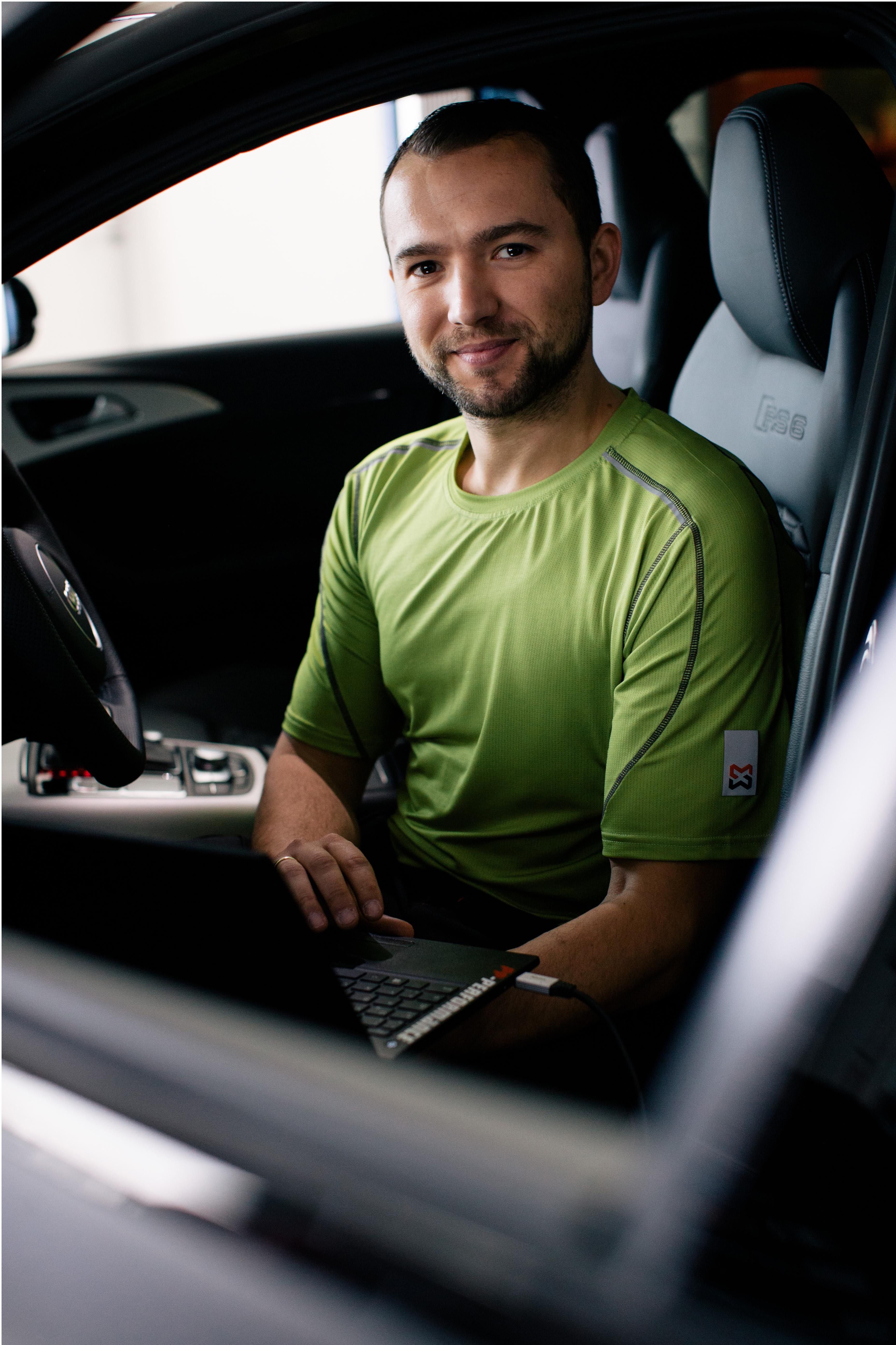 Beim programmieren und tunen des Autos trägt Jimmy Pelka am liebsten das atmungsaktive Arbeits-T-Shirt TTS in der Farbe lemon.