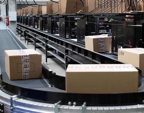 Das innovative Sortiersystems bereitet 40 Bestellungen in einem Aufwasch vor, was für eine Leistung - diese Leistung spiegelt auch die Workwear wider.