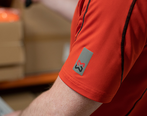 Mit dem atmungaktiven Funktions-T-Shirt TTS in Rot kommt Rémi nicht so leicht ins Schwitzen und kann den Überblick im Lager behalten.