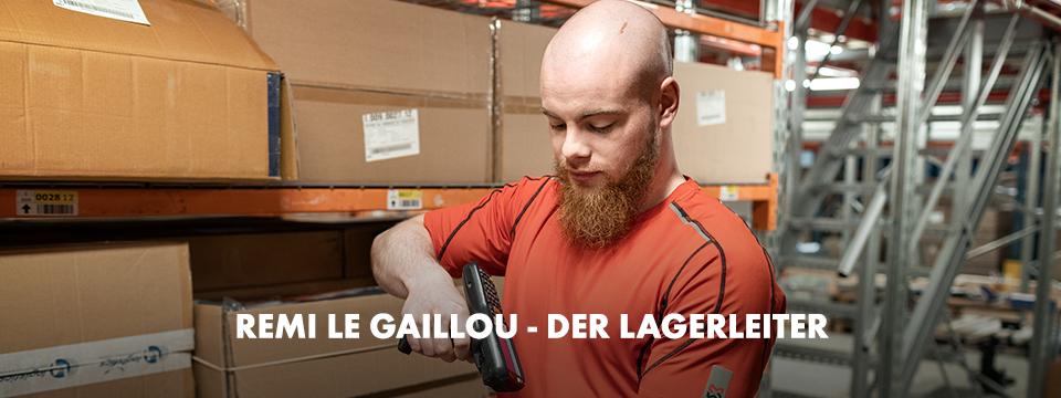 Beim Scannen und checken der Produkte im Regal trägt Master Rémi das atmungsaktive und komfortable TTS Arbeits-T-Shirt in Rot.