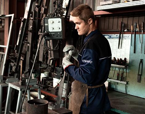 Paul beim Einstellen der Maschinen und bei der Wahl der richtigen Verarbeitung.