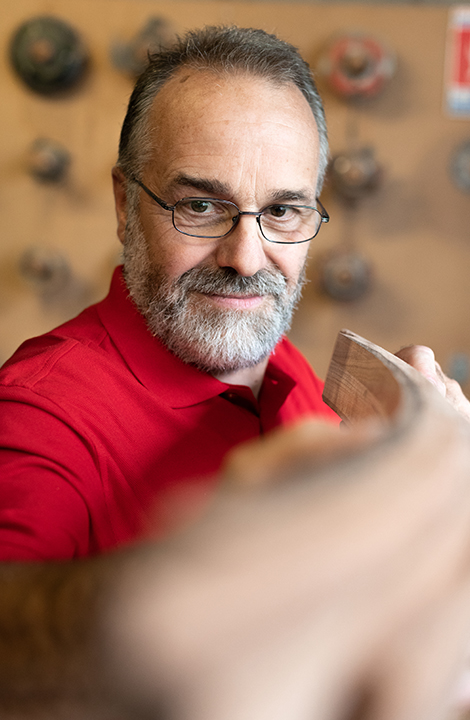 Master Claude liebt die historische französischen Architektur, dabei verlässt er sich unter anderem auch auf das bequeme Stretch X Poloshirt in Rot.