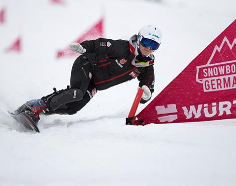 Athletin Selina arbeitet eng mit Master Martin Grüner, dem Snowboard-Techniker, zusammen um mit dem perfekt präparierten Snowboard zu siegen.