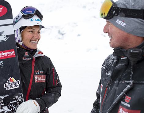 Master Martin trägt bei der Abstimmung mit Selina auf der Schneepiste bei kalten Wetterbedingungen den warmen und gefütterten Stretch X Winter Blouson.