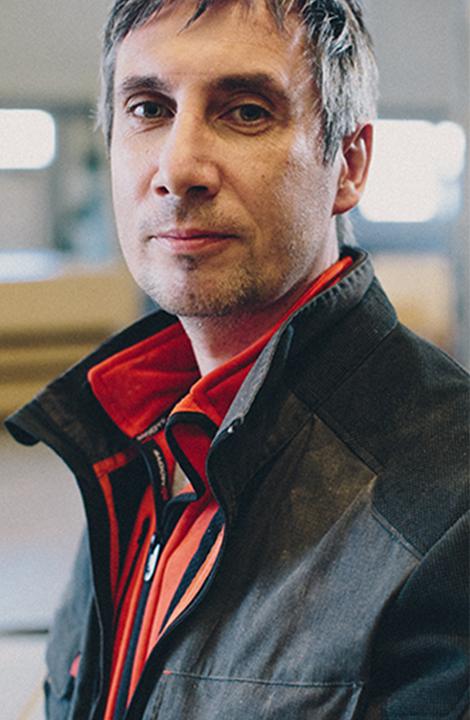 Um optimal ausgerüstet zu sein, trägt Master Marco die hochwertige One Bundjacke in Kombination mit der Fleecejacke One in Rot.
