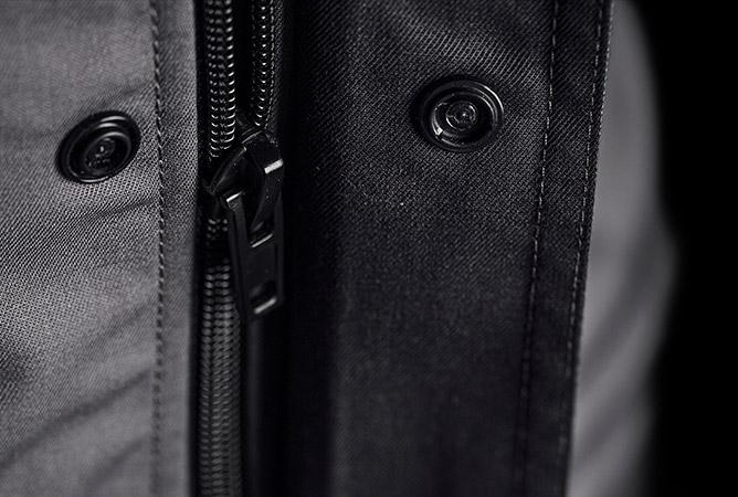 Detailbild kratzfreie und metallfreie Arbeitskleidung durch Materialien aus Kunststoff