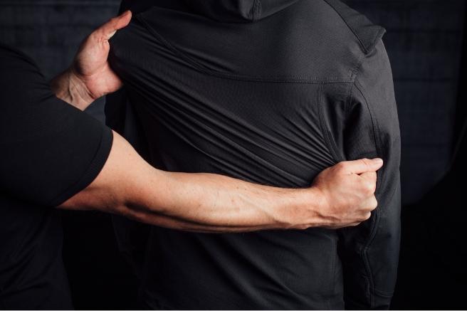 Das 4-Wege Stretchmaterial lässt sich in alle Richtungen dehnen