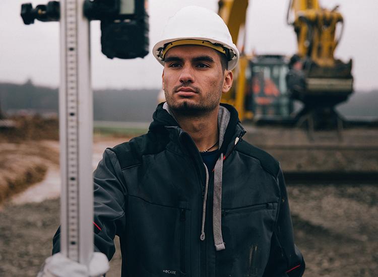 Mehr über Master & Bauleiter Engine Yaldar erfahren & Arbeitsbekleidung für den Bau entdecken