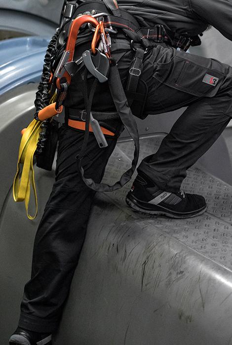 Windrad-Techniker trägt komfortable Stretch X Bundhose in Anthrazit