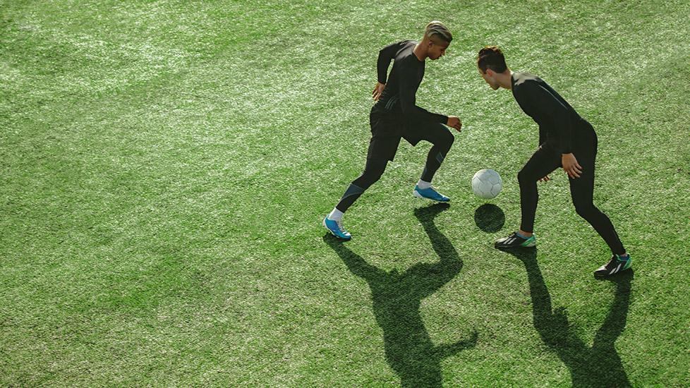 Die Fußballspieler trainieren auf einem perfekt vorbereiteten Fußballfeld, das von Master Pascal bearbeitet wurde