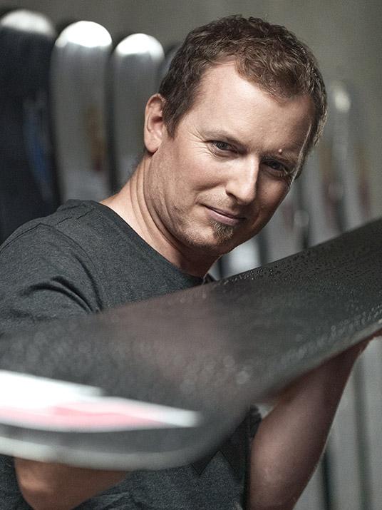Martin Grüner, der Snowboard-Techniker, trägt das atmungsaktive und bequeme T-Shirt mit X-Finity Logo von Würth Modyf