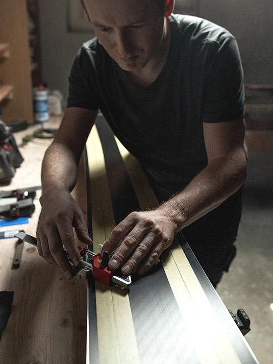 Martin trägt bei der Arbeit im Innenbereich am liebsten das bequeme X-Finity Arbeits-T-Shirt und die Bundhose Stretch X in Anthrazit