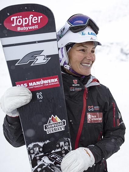 Die Snowboard Ausrüstung der Athletin ist mit dem Würth Modyf Workwear Logo ausgestattet